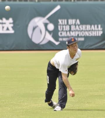 キャッチボールをする高校日本代表の吉田=サンマリン宮崎