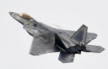 F22最新鋭ステルス戦闘機=2017年10月、ソウル郊外の軍用空港(共同)