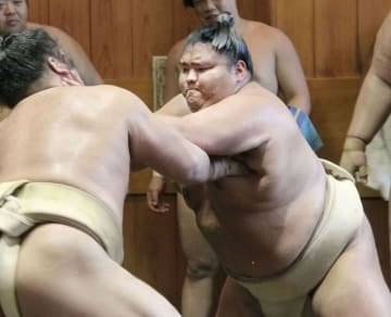 出稽古で汗を流す御嶽海=東京都墨田区の春日野部屋