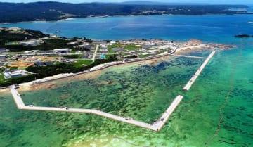 海域を護岸で囲む工事が進む米軍キャンプ・シュワブ沿岸=6月29日、名護市辺野古