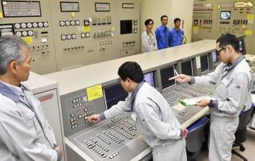 福井県敦賀市の高速増殖原型炉もんじゅで、使用済み核燃料の取り出し作業を開始する操作員ら=30日(代表撮影)