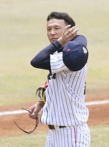 日本―韓国 3回、先制本塁打を浴び、汗をぬぐう佐竹=ジャカルタ(共同)