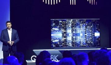 韓国サムスン電子が披露した8K対応の薄型テレビ=30日、ベルリン(共同)