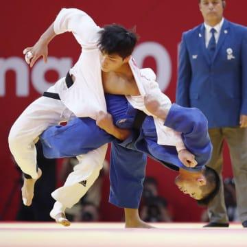 男子73キロ級決勝 韓国・安昌林(左)を攻める大野将平=ジャカルタ(共同)