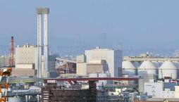 神戸製鋼の石炭火力発電所=30日午後、神戸市灘区灘浜東町(撮影・後藤亮平)