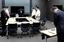 亡くなった女子生徒に黙とうをささげる神戸市のいじめ問題再調査委員会=7月16日、神戸市役所