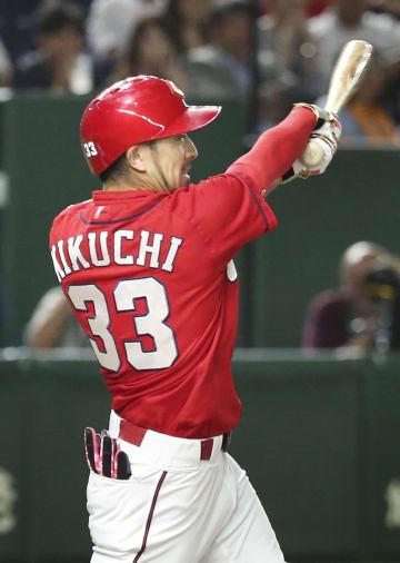 1回広島無死一塁、菊池が左翼線に先制二塁打を放つ=東京ドーム
