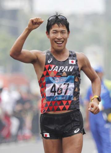 男子50キロ競歩 笑顔でゴールする優勝した勝木隼人=ジャカルタ(共同)