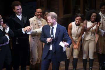 ミュージカルの公演後、舞台上であいさつするヘンリー王子(中央)=29日、ロンドン(AP=共同)