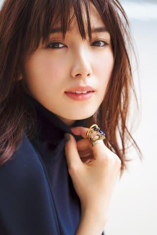 女性ファッション誌「Oggi」10月号に登場する飯豊まりえさんのビジュアル