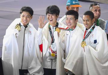 男子400メートルリレーで金メダルを獲得し、笑顔を見せる(左から)山県、多田、桐生、ケンブリッジの日本チーム=ジャカルタ(共同)