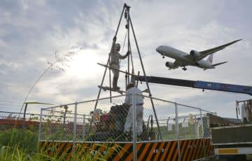 成田空港B滑走路の延伸予定地で始まったボーリング調査=30日午後