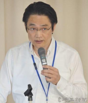 講演する関東財務局理財部の吉徳光男次長=30日、さいたま市浦和区の埼玉会館