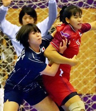 【女子3位決定戦・日本-タイ】前半、相手の動きを封じる永田(左)=ジャカルタのポプキ体育館(高見伸)