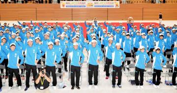 ガンバロー三唱し、気勢を上げる福井県選手団=福井市の福井県営体育館