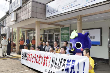 岡山県内のJR全線の運転再開を祝い、新見駅前で行われたセレモニー=31日午前
