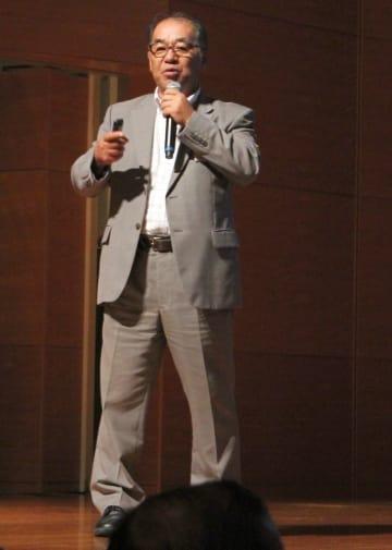 九州文化学園小中学校の教育方針を説明する百津室長=佐世保市、アルカスSASEBO