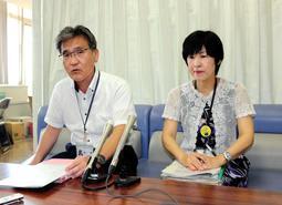 教育委員を務めていた男性の差別発言について会見する宝塚市教委の和田和久管理部長(左)ら=31日午前、宝塚市役所