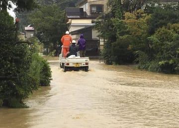 大雨で冠水した山形県戸沢村の住宅街=31日午前9時41分