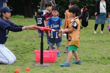 西武ライオンズが 「親子で楽しめるキャッチボール体験イベント」開催