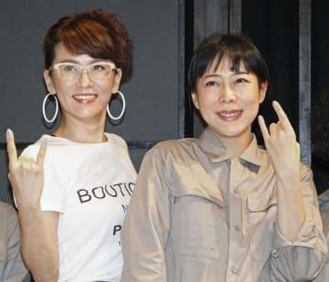 撮影に応じる鈴木砂羽(左)と椿鬼奴=東京都内