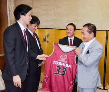 黒岩知事にユニホームを手渡す長谷川選手(左端)=県庁