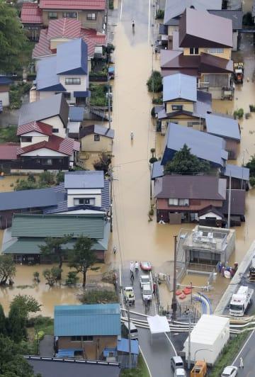 大雨で冠水した山形県戸沢村の住宅地=31日午後1時36分(共同通信社機から)