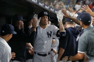 通算300号本塁打を放ち同僚から祝福されるヤンキースのジャンカルロ・スタントン【写真:Getty Images】