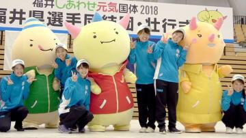 福井国体の大会マスコット「はぴりゅう」と写真に収まる選手たち=8月30日、福井県営体育館
