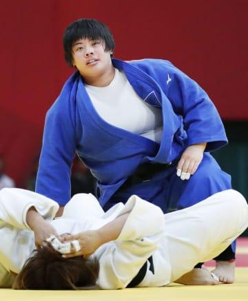 ジャカルタ・アジア大会の柔道女子78キロ超級決勝で、韓国・金ミン程(下)を破り金メダルを獲得した素根輝=31日(共同)