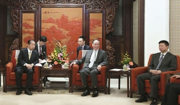 中国の王岐山国家副主席(中央)と会談する自民党の二階幹事長。右は中国共産党中央対外連絡部の宋濤部長=31日、北京の中南海(共同)