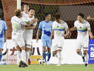 長崎―湘南 後半、3点目のゴールを決め喜ぶ湘南・岡本(左から3人目)=トラスタ