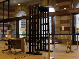 所持品検査に備え、設けられたゲート式金属探知機=神戸地裁・簡裁本館