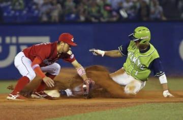 7回ヤクルト2死一塁、打者バレンティンのとき、山田哲が今季30個目となる二盗を決める。二塁手菊池=神宮