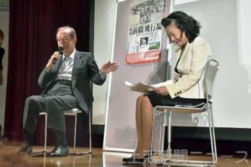 上映会のトークで記録保存の大切さを語る福田元首相(左)