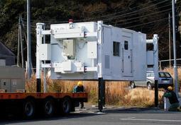 エア・ウォーター防災が検討する施設。四隅の脚が伸び、重機を使わずに積み降ろしができる(北村製作所提供)