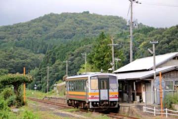 備後落合駅を出発し、山あいの小奴可駅に到着した芸備線の列車(31日午前7時3分、庄原市東城町)
