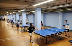 リニューアルオープン直後から、卓球を楽しむ人たち=神戸市中央区中町通4、メトロ卓球場