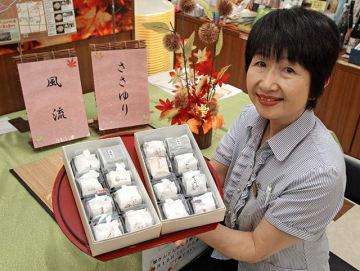 2種類の商品を紹介する中津川観光協会職員=中津川市栄町、にぎわい特産館