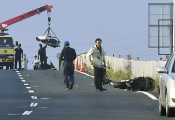 複数のバイクが転倒した事故現場=8月31日、奈良市