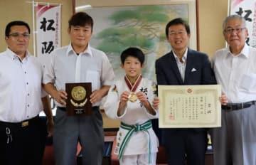 【(右から)榊代表と竹上市長、坂山凛さん、瀬古コーチ、坂山新さん=松阪市役所で】