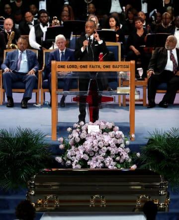 アレサ・フランクリンさんの葬儀であいさつする黒人運動指導者アル・シャープトン師=8月31日、米デトロイト(ロイター=共同)