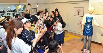 名探偵コナンの女性ファンでごった返す空港。1カ月で年間目標を突破した=8月18日、鳥取市の鳥取砂丘コナン空港