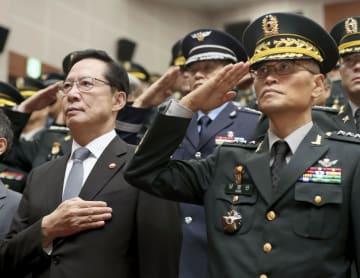 1日、韓国軍の新たな防諜部隊「軍事安保支援司令部」の発足式に臨む宋永武国防相(左)と南泳臣・初代司令官=韓国・果川(聯合=共同)