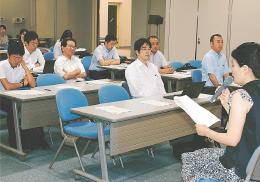 弁護士への出前講座で自身の震災体験を語るチーム仙台のメンバー(右)=7月24日、仙台市青葉区の仙台弁護士会館