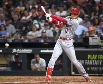 アストロズ戦の5回、三塁内野安打を放つエンゼルス・大谷=ヒューストン(共同)