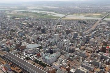 イトーヨーカドー丸大長岡店(手前中央)と長岡市中心街。閉店はどのような影響をもたらすのか=本社ヘリから