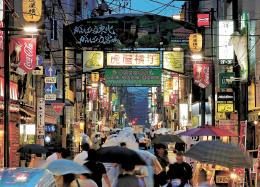撤去が決まった虎屋横丁のアーチ看板=31日午後6時10分ごろ、仙台市青葉区