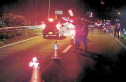 仙台西道路で検問する警察官=8月25日午前1時15分ごろ
