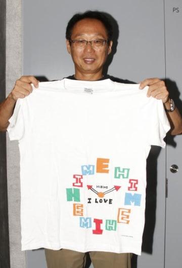 復興支援Tシャツを販売し、被災地の継続支援に乗り出すFC今治の岡田武史オーナー=8月31日午後、今治市片原町1丁目